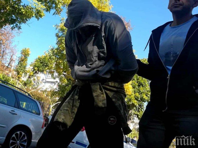 """Ето ги бандитите, прибрани на топло след мащабната акция в циганския квартал """"Победа"""" - ченгетата откриха пистолети и палки (СНИМКИ)"""