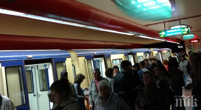 Любов от пръв поглед: Младеж търси момичето, с което си помаха в метрото (СНИМКА)