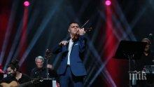 ВИРТУОЗ: Васко Василев свири на... сешоар
