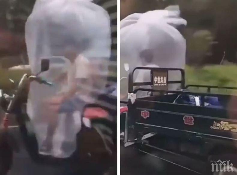 Новатор: Китаец на мотопед се скри от дъжда в... (ВИДЕО)