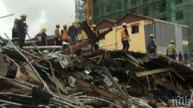 Срутена сграда погреба трима работници в Камбоджа
