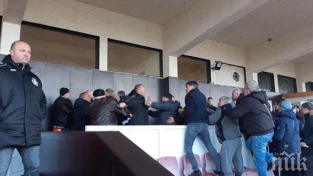 """ЕКШЪН: Бой след футболен мач, пребиха брата на собственика на """"Хебър"""", трима са задържани (ОБНОВЕНА/СНИМКА)"""