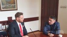 Убиецът Полфрийман в кабинета на министър Кирилов. Не е шега. Бил е поканен...