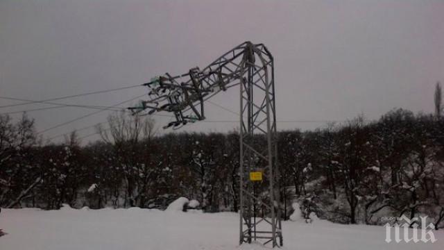 БЕДСТВИЕ: Снегът събори електрически стълб в Свежен, остави селото без ток