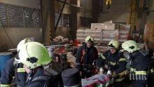 """МАЩАБНО: Огнеборци """"гасиха"""" пожар във водещо предприятие в Пещера (СНИМКИ)"""