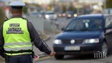 Нагла нарушителка на пътя метна стотачка на полицаи