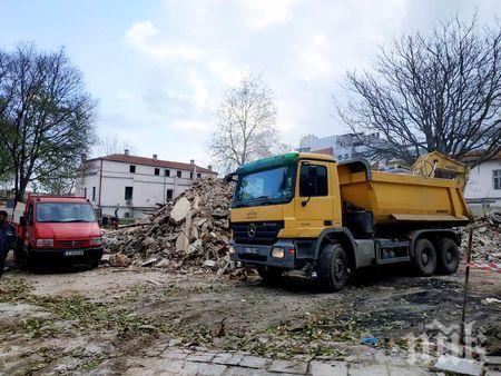 Багери сринаха стари складове в сърцето на Бургас