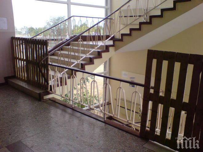 Възобновяват учебните занятия в училището в Кърджали, в което се срути стълбище