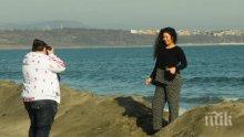 В Бургас се разхождат по плажа при 18 градуса (СНИМКА)