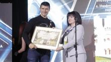 """Караянчева връчи отличието """"Изборът на българите"""" на Четвъртите годишни награди на Министерството на туризма"""