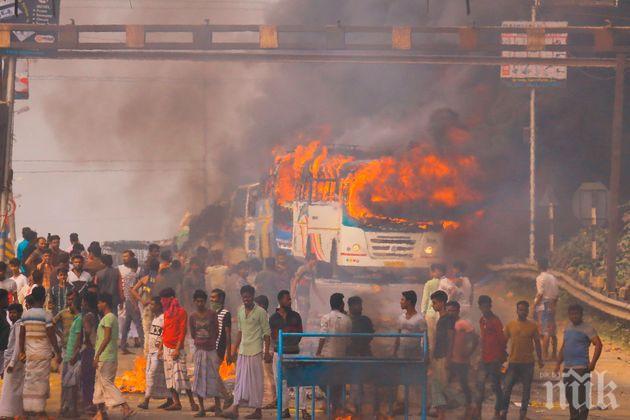 Пет влака и 15 автобуса пламнаха по време на протести в Индия