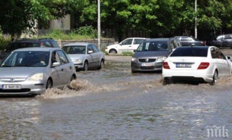 Проливни дъждове наводниха пътища в Гърция, ветрове спряха фериботи