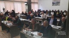 Дядо Мраз зарадва общинските съветници в Дупница - от Нова година ще прибират двойни заплати