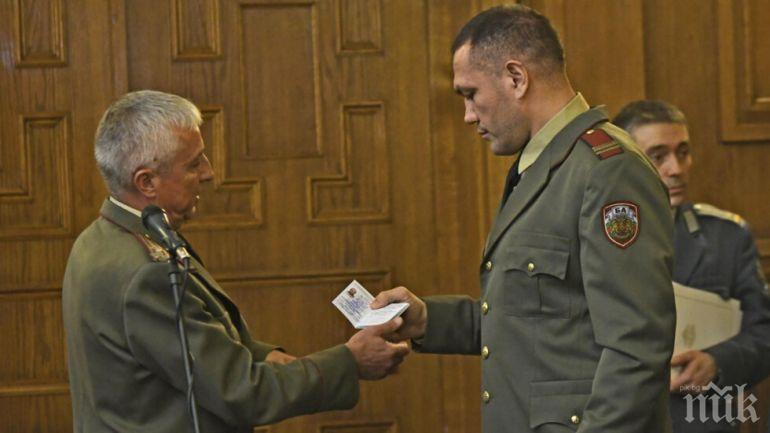 Вижте Кобрата като лейтенант