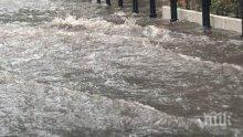 ПОТОП: Над 20 души загинаха при наводнение в Индонезия в новогодишната нощ