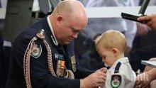Малкият син на загинал пожарникар в Австралия: Тате, обичам те до Луната и обратно!