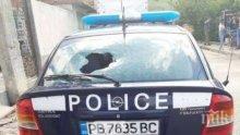 ГНЯВ: Мъж грабна дървен кол и потроши патрулка