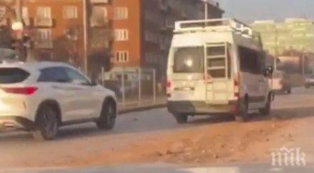 ГОРЕЩО В ПИК TV: Нелеп инцидент задръсти столицата - камион запуши ключов булевард с пръст, полицията се намеси (ВИДЕО)