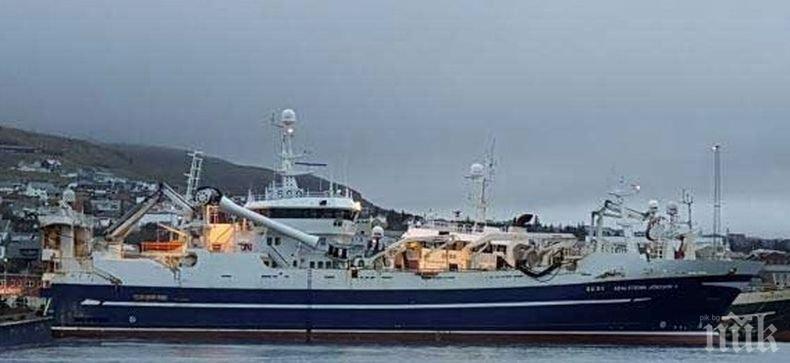 Риболовен траулер с 47 души на борда се запали в Охотско море