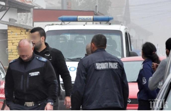 АКЦИЯ: Полиция нахлу в ромския квартал в Казанлък