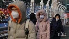 УЖАС: Заразени с коронавирус падат, докато вървят по улиците в Китай