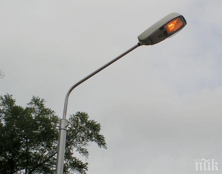 Кмет повика неволята - сам монтира осветление на път, собственост на АПИ