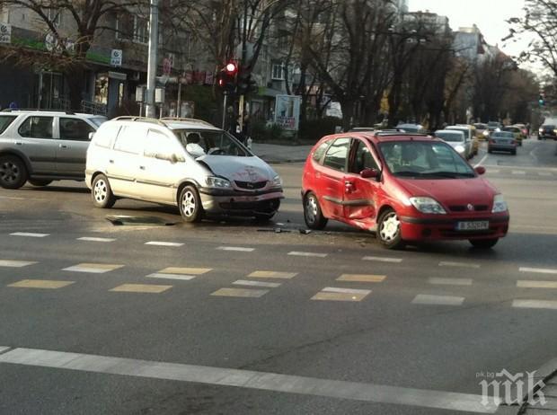Шантав шофьор мина на червено във Варна и стигна до болница с комоцио, потроши и младеж