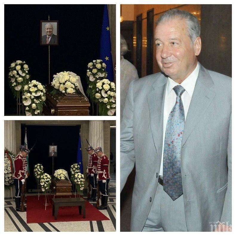 САМО В ПИК: Политици и интелектуалци изпращат Благовест Сендов в последния му път (СНИМКИ)