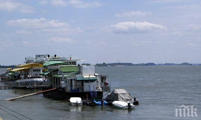 Два кораба заседнаха в Дунав
