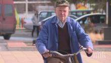 Столетник кара велосипед всеки ден, получи медал от Министерството на отбраната