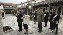Цвета Караянчева и водената от нея делегация се поклониха на гроба на Гоце Делчев в Скопие