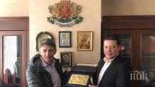 "Илиан Тодоров връчи на големия ни скиор Петър Попангелов годишната награда ""Заслужил гражданин на Софийска област"""