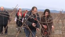 ПЪРВО В ПИК: Херо Мустафа заряза лозе и пожела на български: Честит Трифон Зарезан, нека е берекет! (ВИДЕО)
