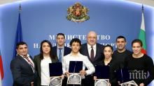 Министър Кралев награди медалистите от Европейското първенство по борба в Рим
