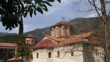БЕЗБОЖНИЦИ: Хванаха двама да крадат монети от Бачковския манастир