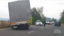 """ЗАРАДИ ВЯТЪРА: Камион аварира на магистрала """"Хемус"""""""