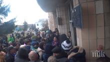НАПРЕЖЕНИЕ: Бой в Украйна - нападнаха евакуирани от Ухан (ВИДЕО)