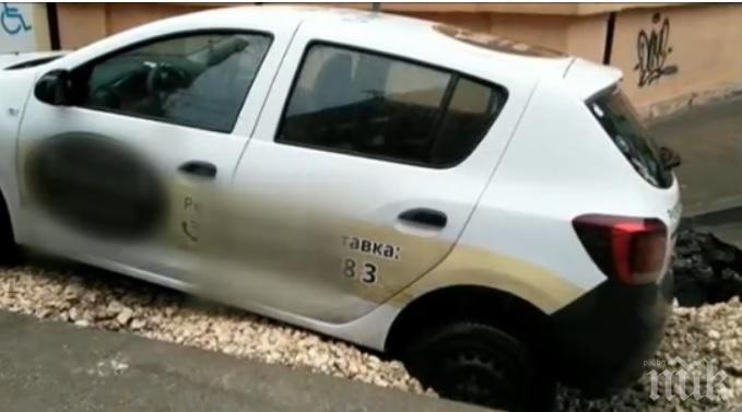 Кола пропадна в дупка в центъра на Русе