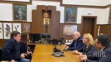 Главният прокурор Иван Гешев разговаря с родителите на нападнатото момче в столичен автобус - с шефа на МВР Младен Маринов разкриха докъде е стигнало разследването
