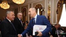 Дребнавото отмъщение на Каракачанов и Валери Симеонов. И флиртът с Цветанов