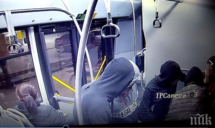 СДВР разпространи кадри с хулиганите, съблекли момчето в автобус в София (СНИМКИ)