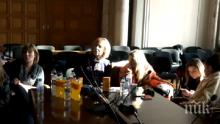 ИЗВЪНРЕДНО В ПИК TV! Мая Манолова цъфна при сестрите и опъна софрата - призна, че няма карта за достъп, но НСО са я пуснали в Партийния дом (ВИДЕО/ОБНОВЕНА/СНИМКИ)