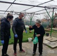 БЛАГОРОДНО: Хотел готви и раздава храна на възрастни и самотни хора в Шипка (СНИМКИ)