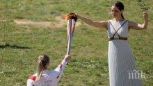 Предават олимпийския огън на закрита церемония в Атина