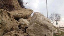 Скали се срутиха върху работник