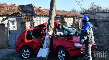 Шофьорка се заби в стълб в Костенец - състоянието й е тежко