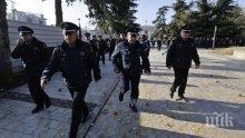 Властите в Албания заплашват със сълзотворен газ и водни оръдия, ако не се спазва полицейският час