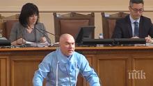 ПЪРВО В ПИК TV: Марешки изби рибата със защитен костюм в парламента (ВИДЕО)