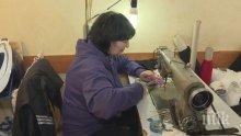 ДОБЪР ПРИМЕР: Майка и дъщеря шият безплатно маски и ги раздават
