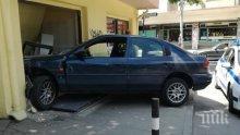 Кола се вряза в магазин за мартеници в Пловдив